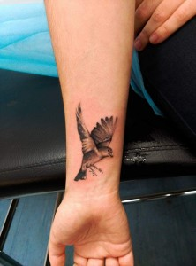 Tatuaje de águila en la muñeca