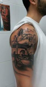 Tatuaje de hombre y mujer en un coche