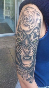 Tatuaje de cabeza de tigre y rosa