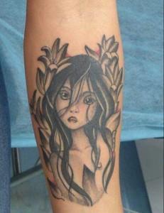 Tatuaje de niña entre flores