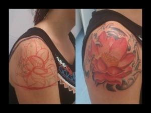 Tatuaje de flor en hombro