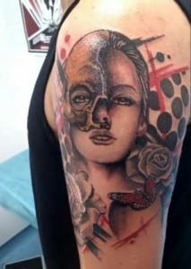 Tatuaje de mujer con máscara, rosa y  mariposa