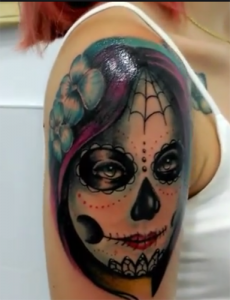 Tatuaje de catrina en brazo