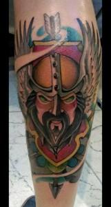 Tatuaje de guerrero vikingo en pierna