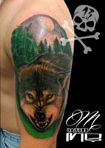 Tatuaje de cabeza de lobo en brazo