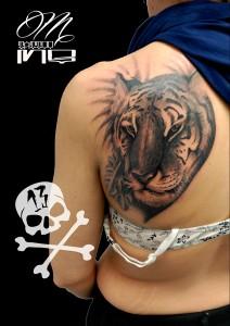 Tatuaje de cabeza de tigre en espaldadas