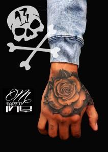 Tatuaje de rosa en mano