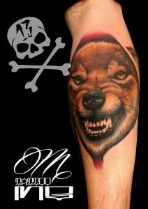 Tatuaje de lobo en brazo
