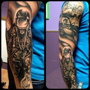 Tatuaje de astronauta en brazo