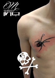 Tatuaje de araña en el pecho realizado en nuestro centro de Parquesur de Madrid