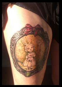 Tatuaje de Alicia en el Pais de las Maravillas