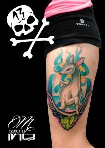 Tatuaje de ciervo en muslo