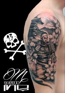 Tatuaje de samurai en brazo