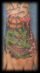Tatuaje de demonio en mano