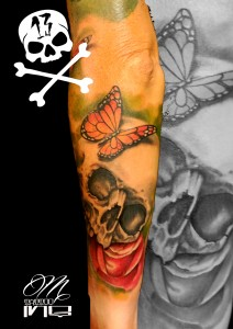 Tatuaje de calavera con mariposa y rosa roja