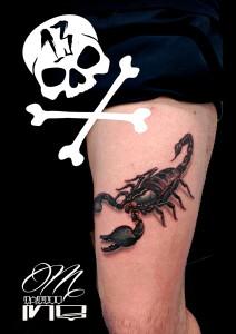 Tatuaje de escorpión en pierna