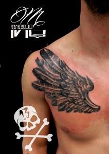 Tatuaje de ala en pecho