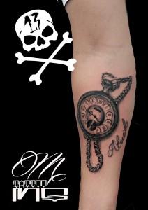 Tatuaje de reloj antigüo y junto a la palabra abuelo