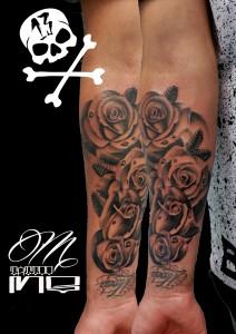 Tatuaje de rosas negras en brazo