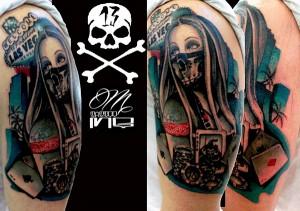 Tatuaje de mujer con máscara en Las Vegas