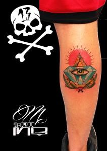 Tatuaje de diamante en pierna