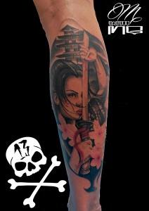 Tatuaje de mujer samurai y pagoda