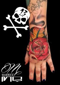 Tatuaje de rosa roja en mano
