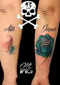 Tatuaje cover de rosa azul y lettering