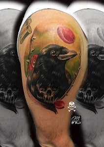 Tatuaje de cuervo en brazo