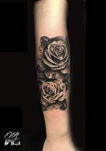Tatuaje de rosas negras en brazo realizado en nuestro centro de Parquesur de Madrid