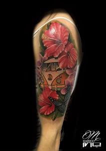 Tatuaje de flores de hibiscus y furgoneta