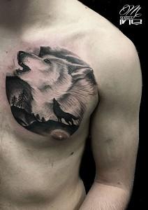 Tatuaje de cabeza de lobo en pecho