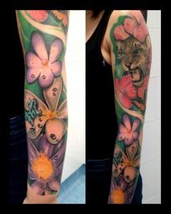 Tatuaje de cabeza de tigre entre flores