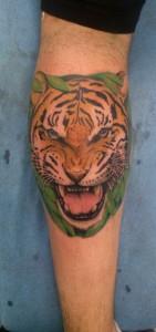Tatuaje de cabeza de tigre en pierna