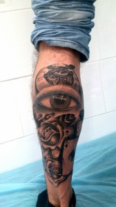 Tatuaje de ojo, reloj y rosas