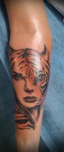 Tatuaje de mujer trigresa
