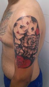 Tatuaje de baraja francesa y rosas