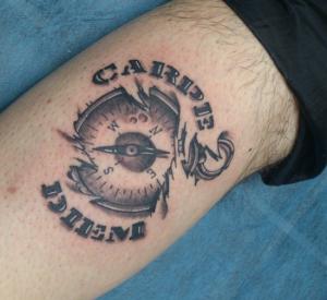 Tatuaje de reloj con palabra Carpediem