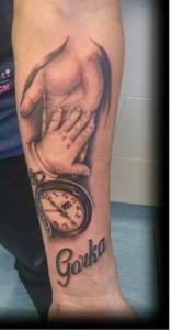 Tatuaje de mano de bebé y mano de adulto y reloj