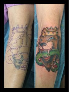 Tatuaje de león con corona matando un dragón