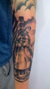 Tatuaje de guerrero en brazo