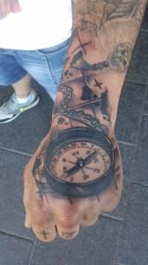 Tatuaje de brújula en mano