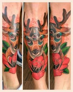 Tatuaje de ciervo y rosas