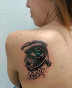 Tatuaje de ojo con la palabra Pablo