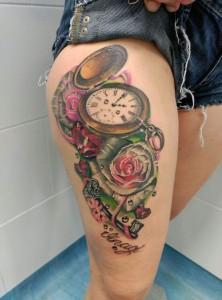 Tatuaje de relojes antigüos y rosas