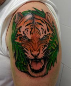 Tatuaje de cabeza de tigre en colores