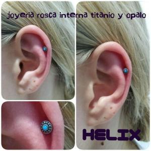 Piercing helix en titanio y ópalo  realizado en nuestro centro de Vaguada de Madrid