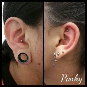 Varios piercing en oreja