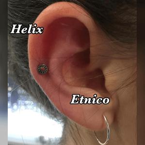 Piercing helix con pendiente étnico realizado en nuestro centro de Vaguada de Madrid