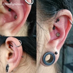 Piercing conch de rosca interna de titanio y cabezal en forma de disco plano también en titanio